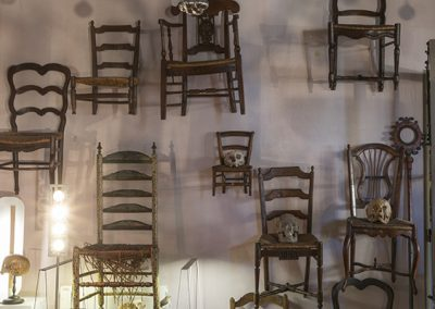 Exposition de chaises anciennes